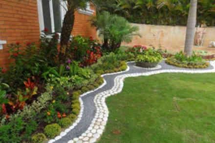 Ideas para decorar preciosos jardines frontales con flores for Jardines preciosos casa