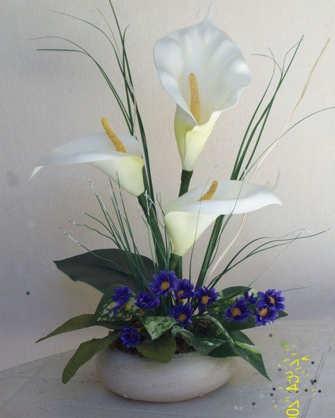mesa con flores artificiales